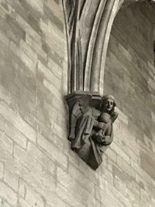 Ange supportant l'arc brisé du toit , églises